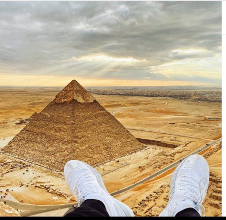 Słynny Youtuber zrobił sobie zdjęcie na szczycie piramidy. Trafił za to (…)!