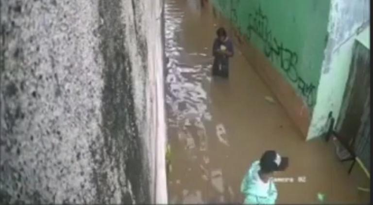 Szli zalaną uliczką. Po tym co zaszło obaj powinni zagrać w Lotka!