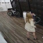 Nie wiedziała, że wpuszcza do domu mordercę! Kamera zarejestrowała ostatnie (…)!