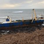 Statek widmo zepchnięty na brzeg Irlandii przez sztorm Denis. Chcą zbadać jego tajemnicę