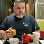 Zakopał zestaw z McDonald's w ogrodzie za domem! Po roku nie mógł uwierzyć co się z nim stało!