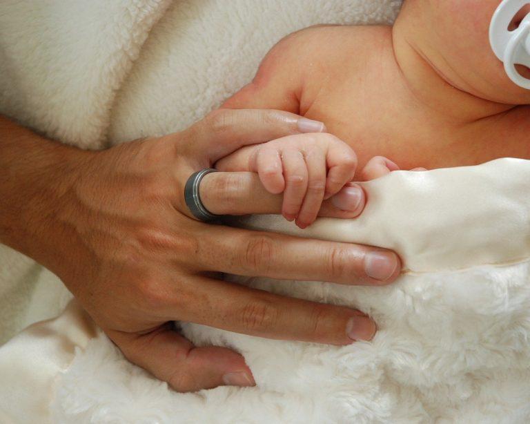Zmarł 27-latek zakażony koronawirusem. Zaledwie 10 dni wcześniej urodził mu się syn!