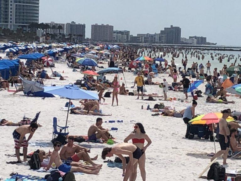Studenci wybrali imprezę na plaży zamiast kwarantanny! Rekordowa liczba zarażonych!