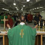 Ksiądz pozwolił wiernym zdjąć maseczki podczas mszy! Uważa, że w kościele można zarazić się tylko (…)!