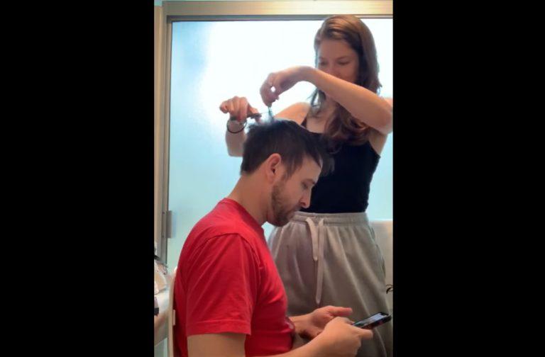 """Dziewczyna postanowiła """"pobawić"""" się w fryzjera! Podczas strzyżenia nie wszystko poszło zgodnie z planem!"""