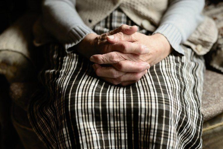 Zakażony koronawirusem odwiedził matkę mieszkającą w domu opieki! Skutki wizyty okazały się straszne!