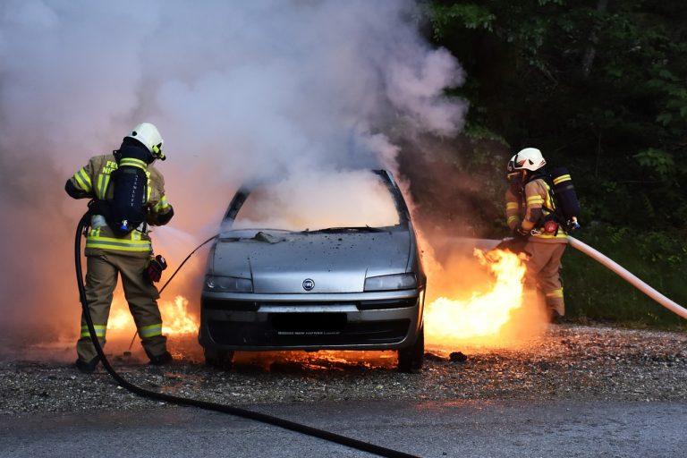 Płock: Strażacy dostali zgłoszenie o płonącym samochodzie. W środku był 5-letni chłopiec!