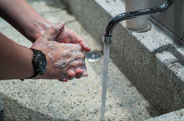 Eksperci alarmują: nigdy nie postępuj tak z płynem do dezynfekcji rąk!