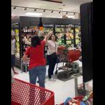 Weszła do sklepu bez maseczki ochronnej! Reakcja pozostałych klientów była natychmiastowa!