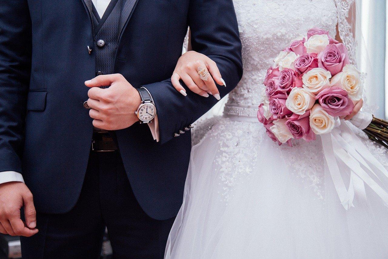 nowożeńców dzieli