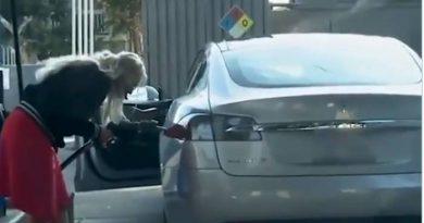 Blondynka chce zatankować samochód. Jest tylko jeden problem! (VIDEO)