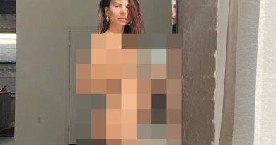 Zupełnie NAGA modelka pozuje przed lustrem! Zdjęcia +18!