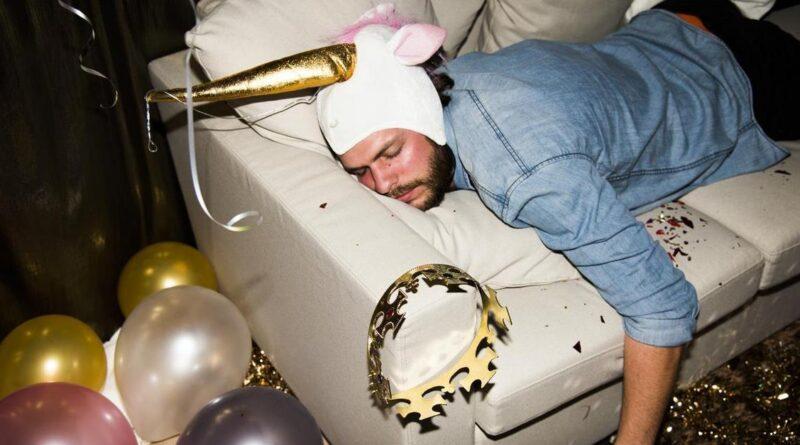 Boli Cię głowa po zakrapianej imprezie? ZOBACZ, CO JEST NAJLEPSZYM LEKIEM NA KACA!