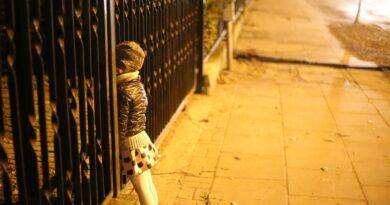 Malutkie dziecko samo na ŚRODKU drogi! Gdzie byli rodzice?