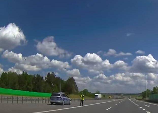 Policjantka łapała na radar. Nieomal doprowadziła do tragedii! [VIDEO]