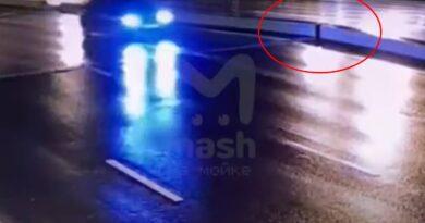 Zignorował bramki i wjechał na otwierający się most zwodzony! (VIDEO)