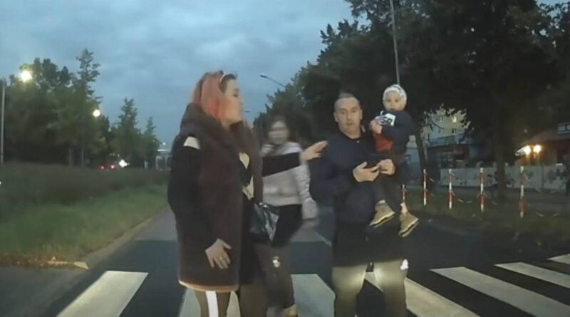 Typowa Karyna przechodzi przez ulicę. Kobieta zwyzywała kierowcę, który ich przepuścił! (VIDEO)