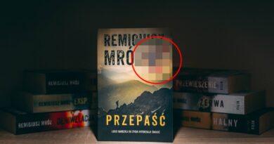 Książka Remigiusza Mroza obraża uczucia religijne. Reklamy w autobusach zablokowane!